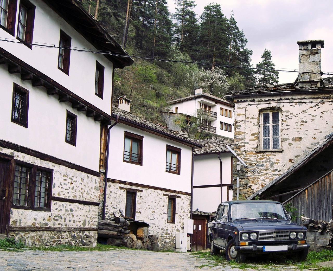 Houses in Shiroka Laka